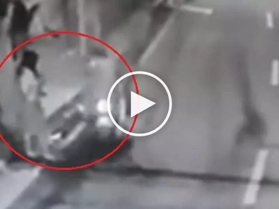 Dangerous Pinoy riding-in-tandem snatchers steal phone from high school girl in Taguig