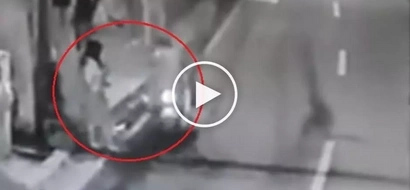 Dangerous Pinoy riding-in-tandem snatchers steal phone from careless high school girl in Taguig