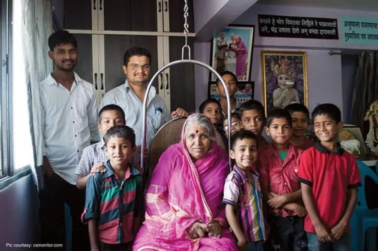 Mother, 68, has raised over 1,400 abandoned kids, some are now doctors, lawyers, and professors (photos)
