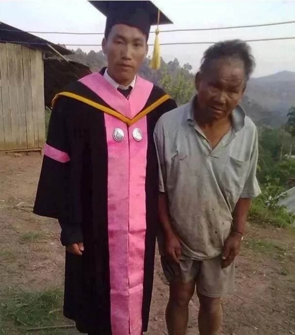 The proud dad sacrificed everything to take his son to school. Photo: Kami.com.ph