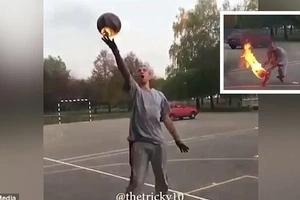 Este arriesgado sujeto juega con el balón encendido en llamas