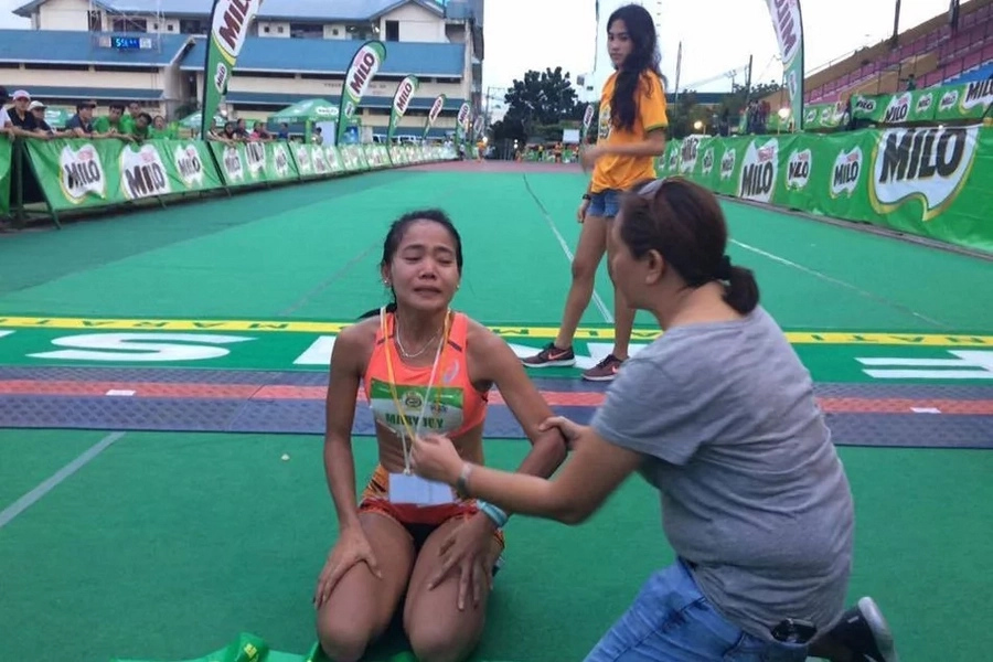 Young gold medalist cries at finish line for father who died the night before the race