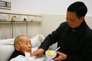 80-year-old son-in-law has SLEEPLESS nights while taking care of his 112-year-old father