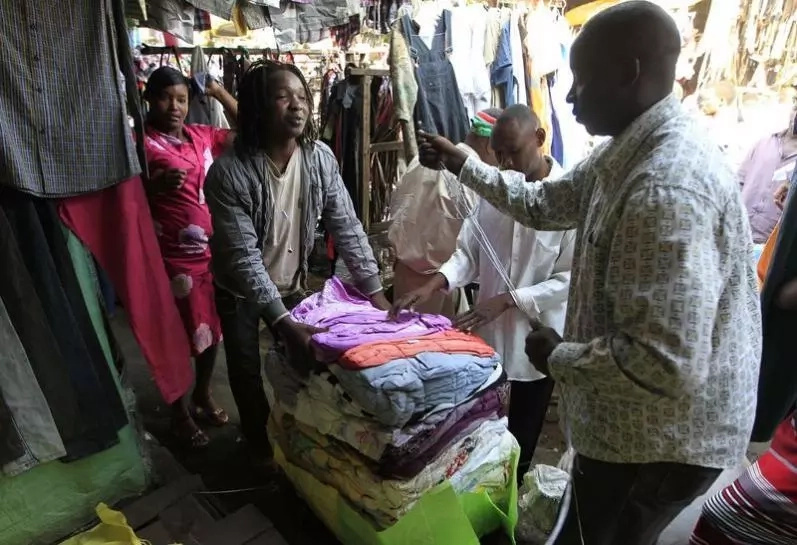 Video captures how mitumba traders swap clothes just after a customer pays
