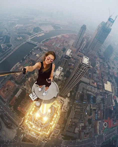 Russian girl posing on skyscrapers is a real daredevil! (PICS)