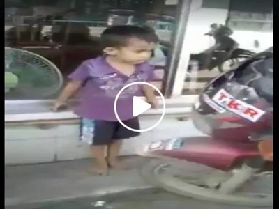 Nakakaiyak naman ito! Inspiring young boy spotted helping out motorists in cleaning up parking area