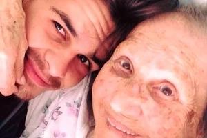 Un jeune homme prend soin de sa grand mère. Quand il allume la radio, regardez cette vidéo pour savoir ce qui s'est passé