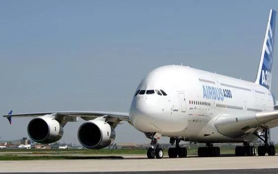 Colombiano pilotea el avión más grande del mundo