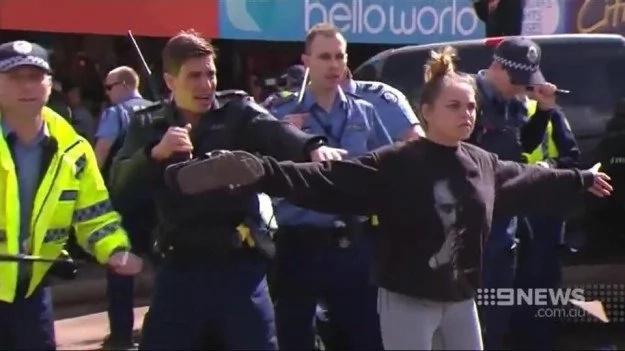 Viral foto de mujer enfrentando a protestantes enfurecidos