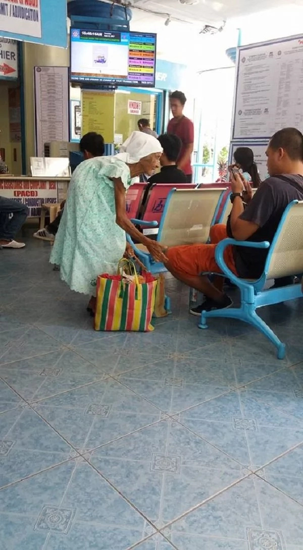 90-year-old woman still sells candies at govenment offices despite age, netizens call out her family and authorities to respond