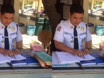 Ulirang mag-aaral! Hard-working Pinoy security guard to graduate cumlaude in the same school where he guards for almost 20 years