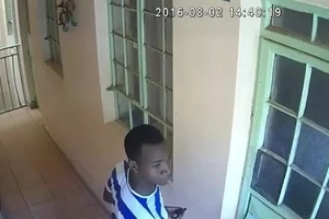 Thugs caught on camera stealing expensive items in a house in daring DAYLIGHT theft(video)