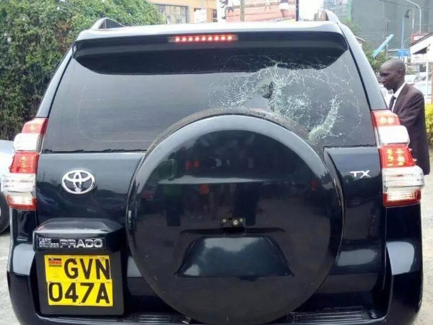 Kidero in trouble as youth pelt his vehicle with stones(photo)