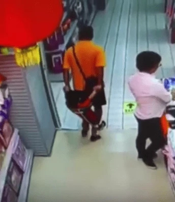 Cámaras captaron cómo un padre mata accidentalmente a su hijo en un supermercado