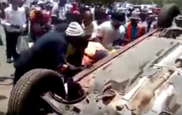 Furious mob OVERTURNS suspected thief's car, beat him up proper (see photos, video)