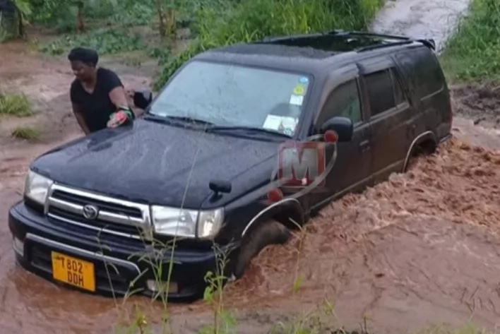 Man resorts to praying to avoid his car from being swept away during flood