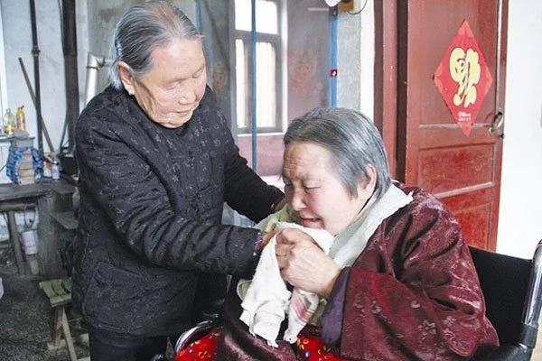 Suegra de 94 años ha cuidado de su nuera parcialmente paralizada por 3 décadas