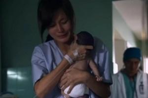 Une maman donne à son fils un dernier câlin, les médecins sont choqués quand le bébé revient à la vie.