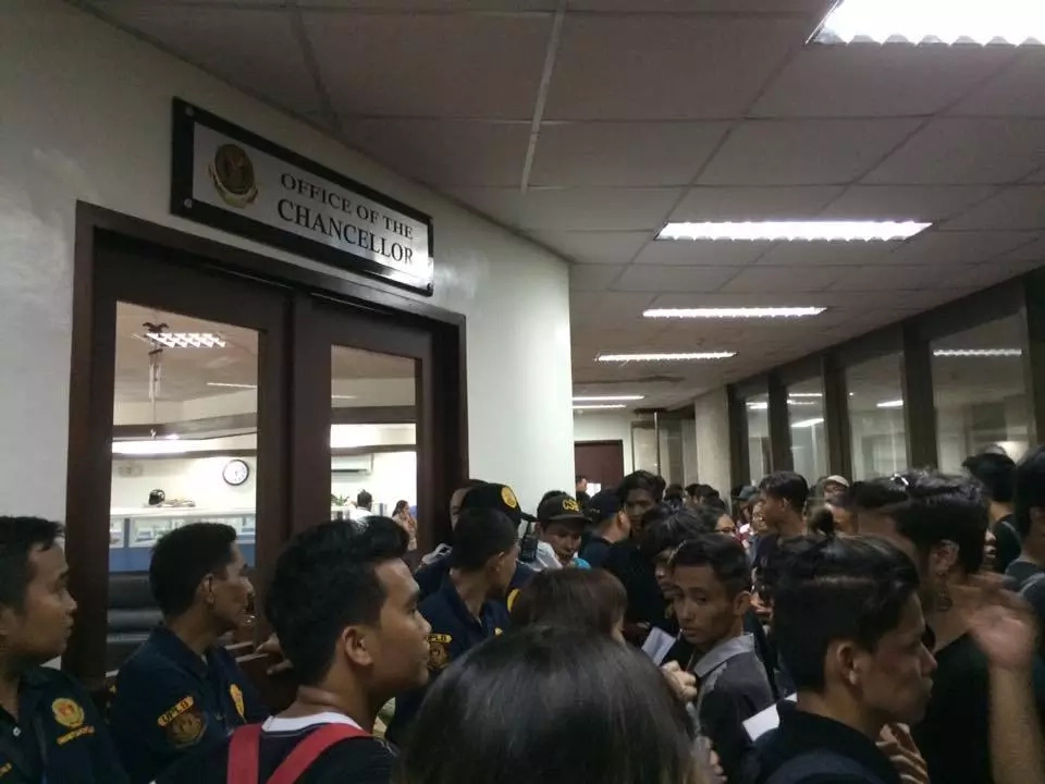UPLB students breaks doors to enter Office of the Chancellor