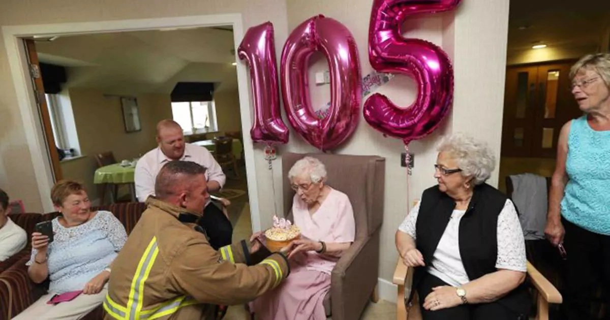 Para sus 105 años de edad, pidió un bombero sexy