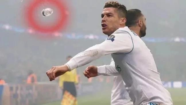 Ronaldo akwepa 'kombora' alilotupiwa akisherehekea mbao dhidi ya PSG(Picha)