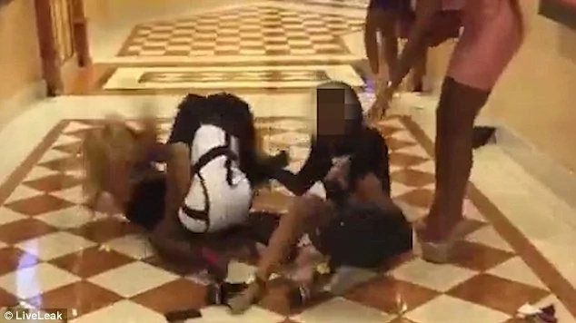 Girls fight with each other using bags and high heels (video)