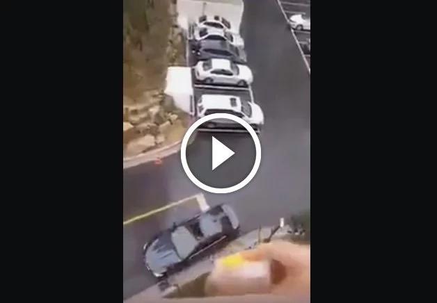 Esta mujer lanza el almuerzo de su marido desde un balcón y es impresionante