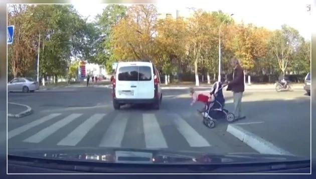 Bebé cae de cabeza en medio de una calle