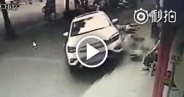 Conductor atropelló cruelmente a un grupo de personas en medio de la calle