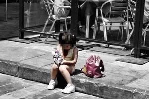 """Una niña sola en la calle le dijo a la policía: """"Voy al hospital, mi mamá no despierta"""""""