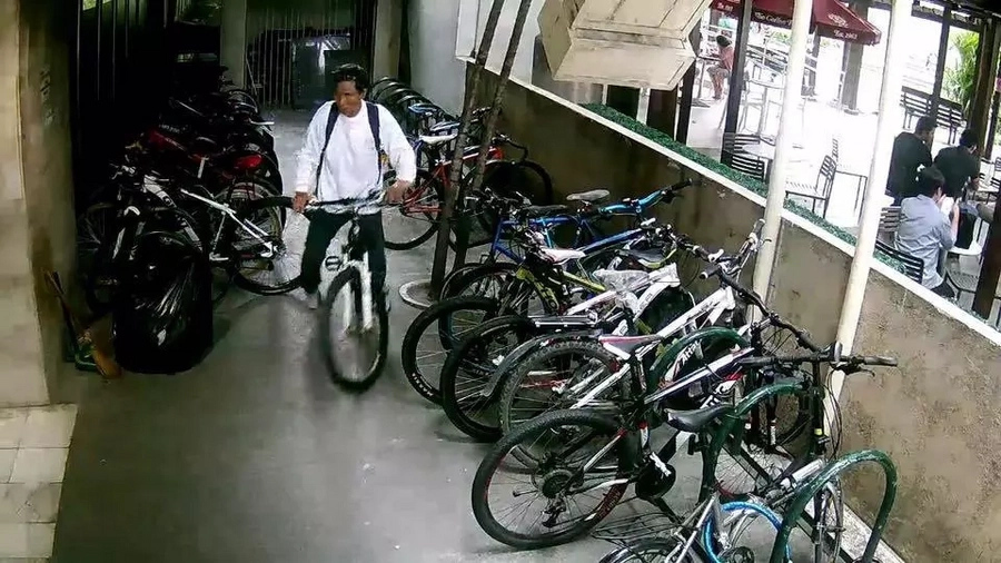 Netizen shares footage of Pinoy stealing parked bicycles