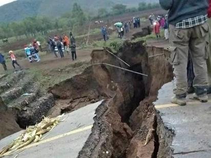 Sehemu nyingine ya barabara kuu ya Narok kuelekea Nairobi yaporomoka