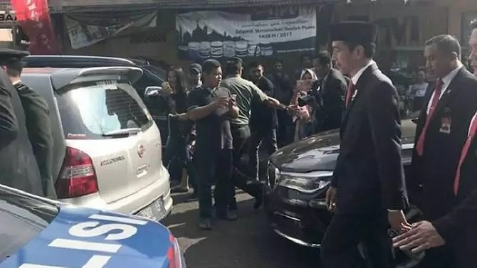 President Joko decided to walk after being caught up in traffic. Photo: Facebook/President Joko Widodo