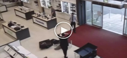 Napakamalas naman! Clumsy customer accidentally destroys flat screen TVs worth P300K