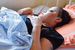 Sad video: Singer Ray C rescued by police trying to stab herself