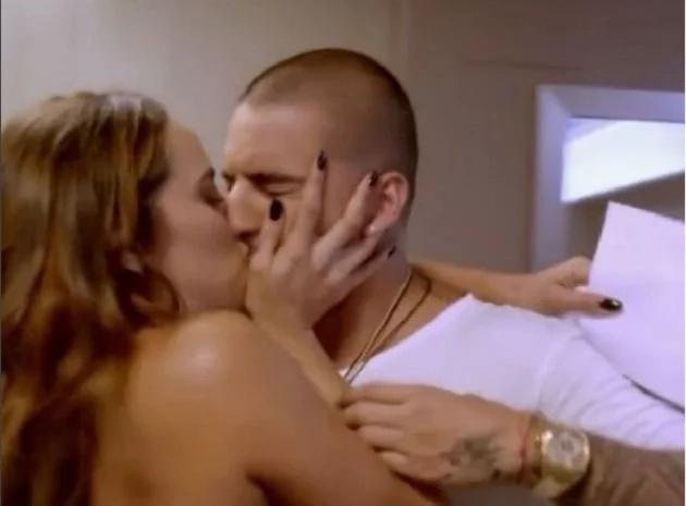 El sexi beso entre Sara Corrales y Maluma