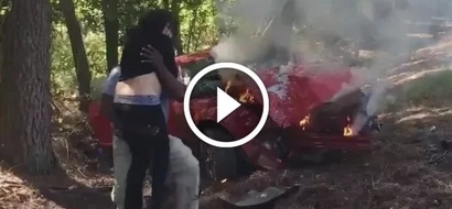 Fotógrafo salva a mujer embarazada de un auto en llamas