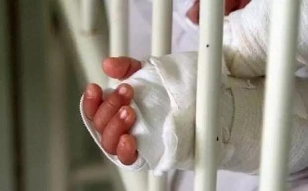 Quemó la mano de su sobrina y la explotaba laboralmente