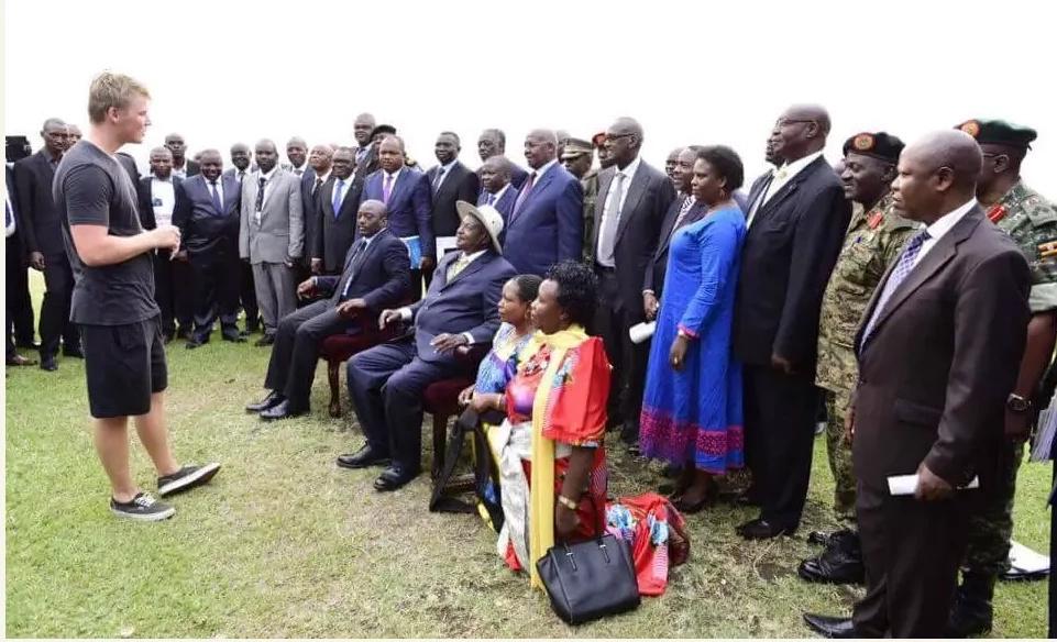 This Ugandan woman recevieng husbands call while kneeling has everyone talking