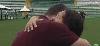 El conmovedor momento entre la madre de un jugador fallecido y un periodista