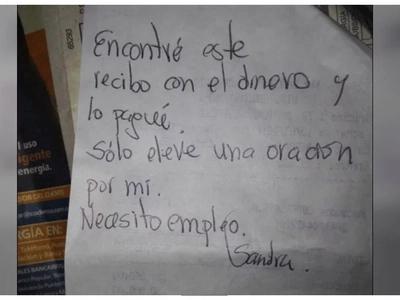 Ella perdió el dinero para pagar la luz, pero luego encontró una nota que la hizo rezarle a Dios