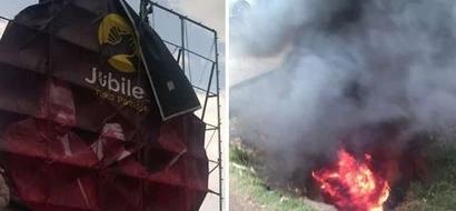 Polisi walazimika kuingilia kati kuzima watu waliokuwa wakilenga kuharibu mabango ya Jubilee(VIDEO)