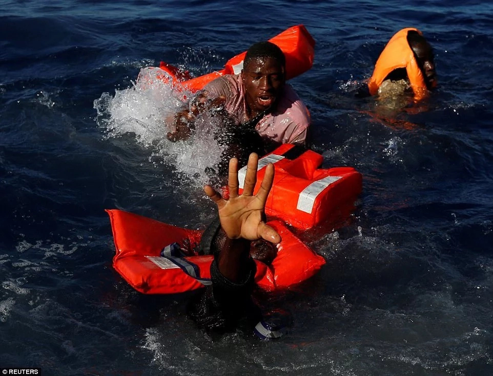 Photographer shares heartbreaking pictures of migrants being pulled out of sea (photos)