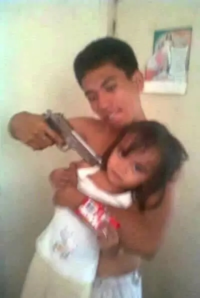 Netizens bash father for outrageous 'gunpoint' photo