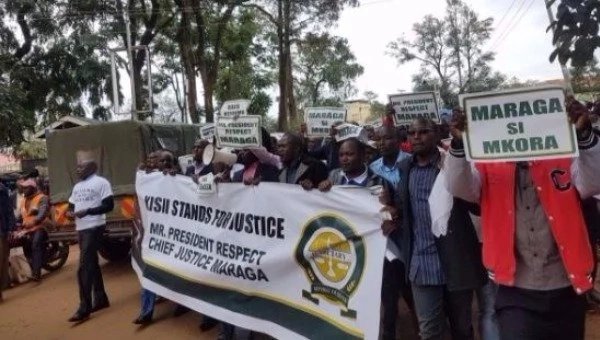 Day 2 protests in Kisii following Uhurus remarks on Justice Maraga