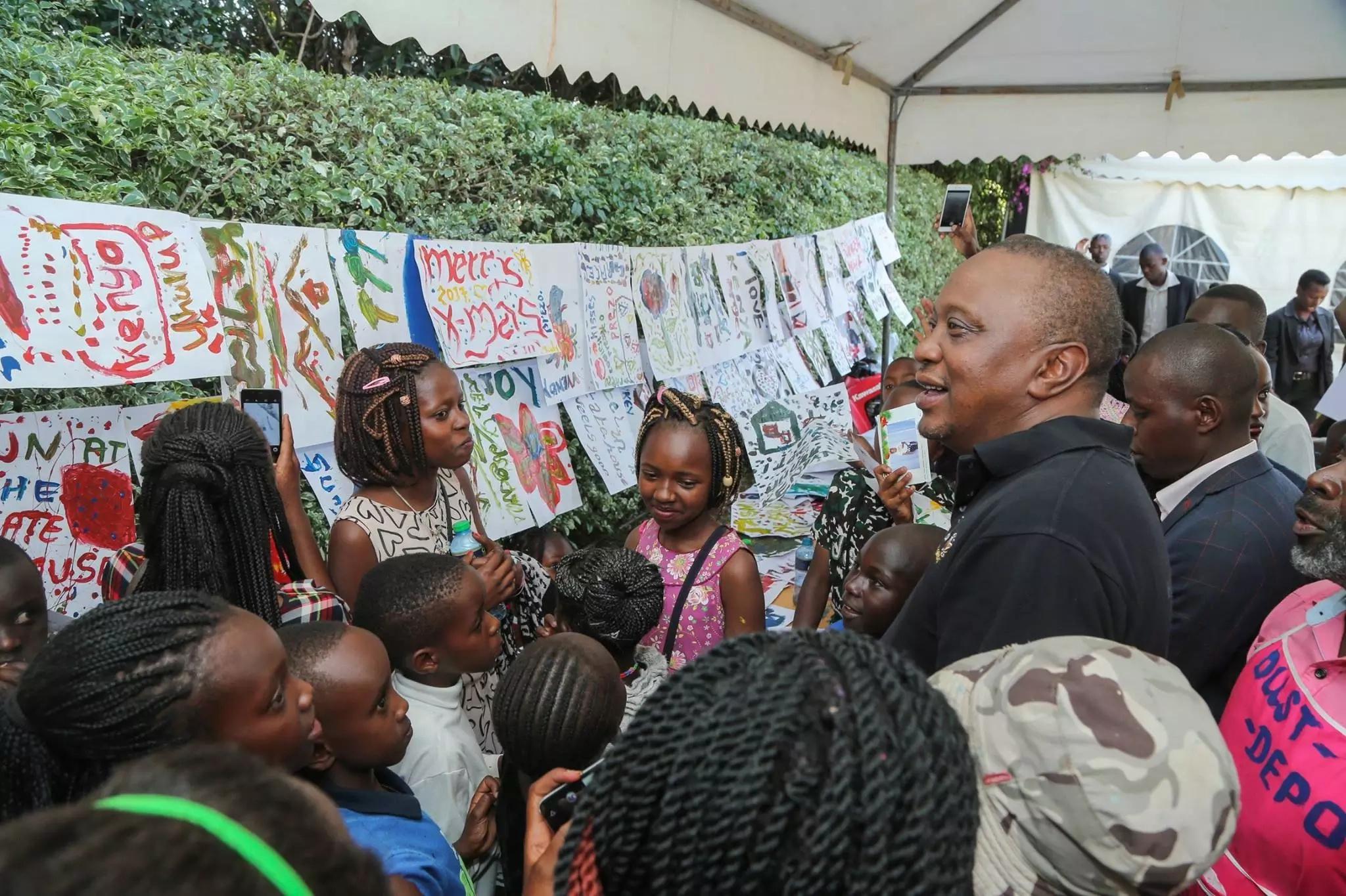 Krismasi yang'oa nanga kwenye Ikulu, Rais Kenyatta na mkewe wakiwaandalia watoto mapochopocho