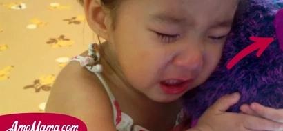 La madre oyó un llanto. Cuando entró, vio a su hija llorando con algo en sus manos