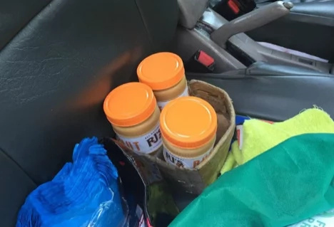 Touching: Passenger helps taxi driver who sells peanut butter