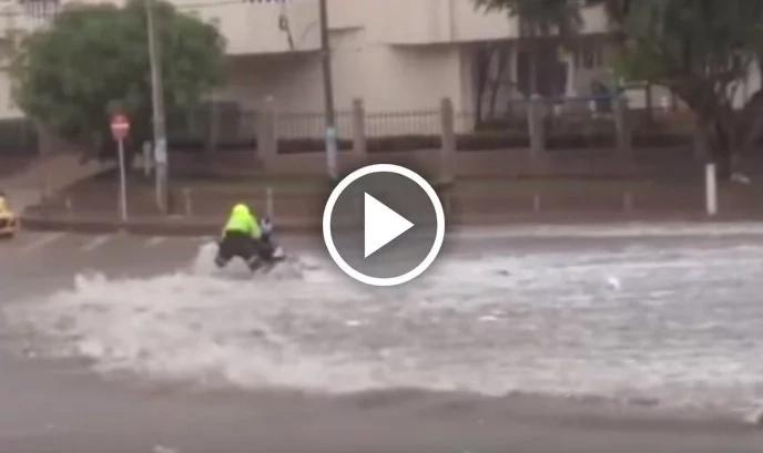 Policía intenta desesperadamente no ser arrastrado por un arroyo