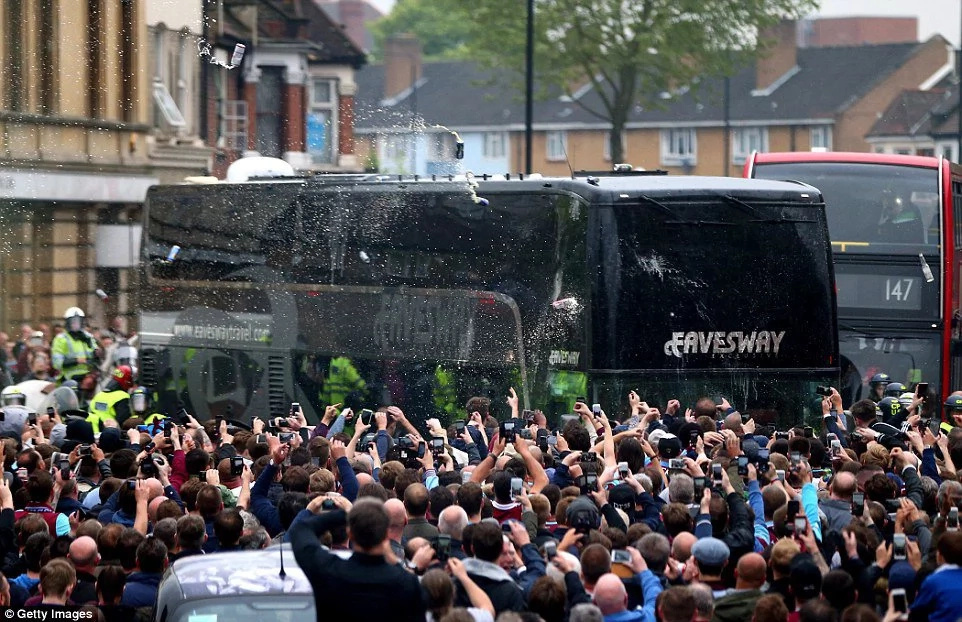 Manchester United coach attacked by West Ham fans